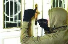 Percheziţii domiciliare, desfăşurate de poliţişti, la persoane bănuite de furt din locuinţe