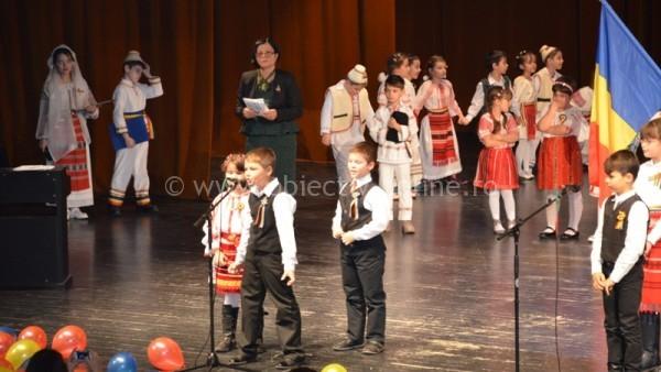 """Şcoala Tudor Vladimirescu marchează 1 Decembrie prin proiectul educaţional """"România în zi de sărbătoare""""/FOTO"""