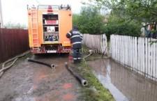 Codul galben de ploi a adus, din nou, inundaţii la Budeşti şi Olteniţa