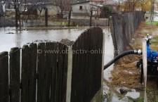 Aproximativ 150 de gospodării, inundate la Dragalina. Pompierii ajută la evacuarea apei