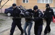 Patru tineri, reţinuţi de poliţişti, pentru furt calificat şi distrugere