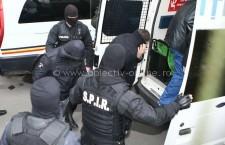 Persoane bănuite de evaziune fiscală şi spălare de bani, reţinute de poliţişti