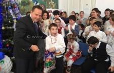 Deputatul Vasile Iliuţă a oferit cadouri elevilor din clasele Învăţământului Special Integrat al Gimnaziului Carol I