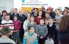 Călărași/În prag de sărbători pompierii militari au dăruit cadouri copiilor de la Centrul de zi pentru persoane cu handicap