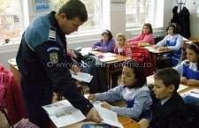 Poliţiștii călărășeni, alături de elevi, la începutul noului an şcolar