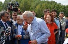 Liviu Dragnea a gustat roșiile și ardeii produse în Călărași/Ce a răspuns când reporterii l-au întrebat care este prețul acestora pe piață