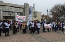 Profesorii călărășeni au protestat astăzi în fața Prefecturii. Ce au solicitat Guvernului