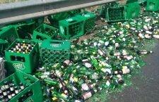 Video | A pierdut berea pe drum. Lăzile de bere dintr-un autotren s-au împrăștiat pe asfalt la Drajna