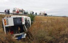 Galerie foto | Microbuz cu 9 persoane, răsturnat pe A2, în dreptul comunei Dor Mărunt