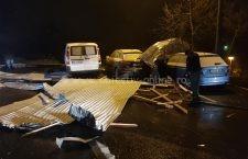 Video | Copaci căzuți, acoperișuri zburate și zeci de mașini avariate în municipiul Călărași