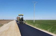 Pe mai multe drumuri județene se execută lucrări de asfaltare