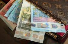 """S-a ales cu dosar penal pentru că """"a uitat"""" să restituie un portofel găsit cu 1.800 de euro în el"""