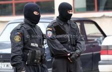 Percheziţii la persoane bănuite de furturi din societăți comerciale și deținere ilegală de arme neletale